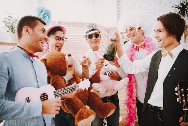 Люди бросают конфетти и играют на гитаре на вечеринке. Premium Фотографии