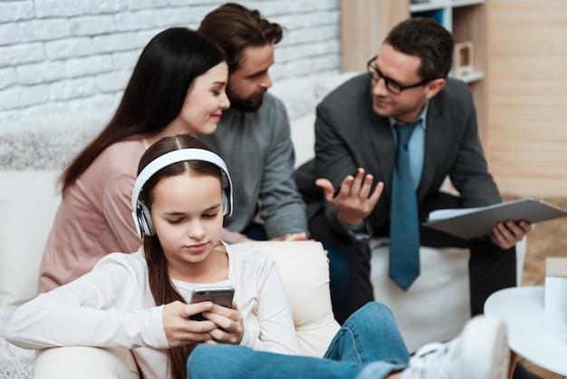 ヘッドフォンの女の子は、スマートフォン療法セッションを使用します Premium写真