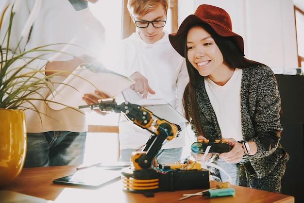 若い女性は機械式ロボットをテストしています Premium写真