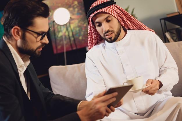 心理療法のレセプションでアラビア人 Premium写真
