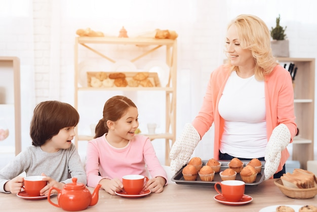 マフィン朝食コンセプトとおばあちゃんホールドトレイ Premium写真
