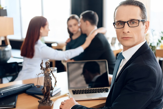 家族弁護士は離婚家族と一緒にテーブルに座っています。 Premium写真