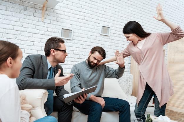 積極的な妻が夫を屋内で襲うことを脅かす Premium写真