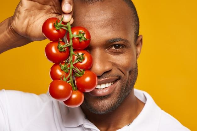 閉じる。幸せなアフリカ系アメリカ人の男は束を保持します。 Premium写真