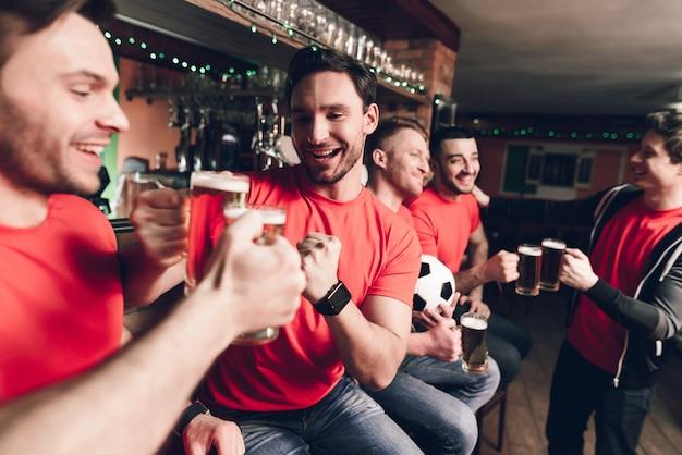 スポーツファンは祝いビールを飲みます。 Premium写真