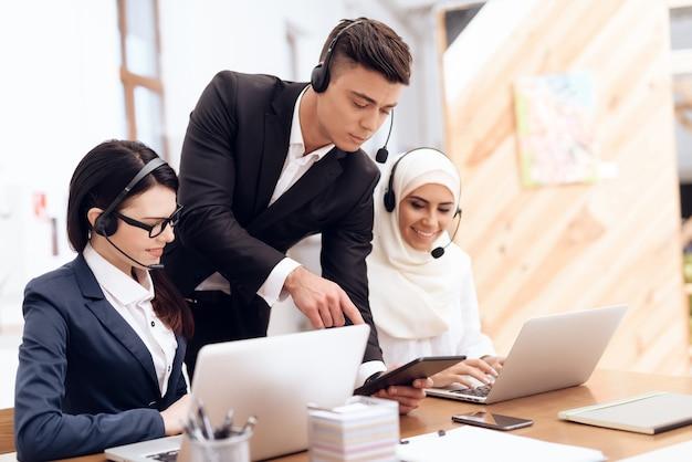アラブ人女性がコールセンターで働いています。 Premium写真