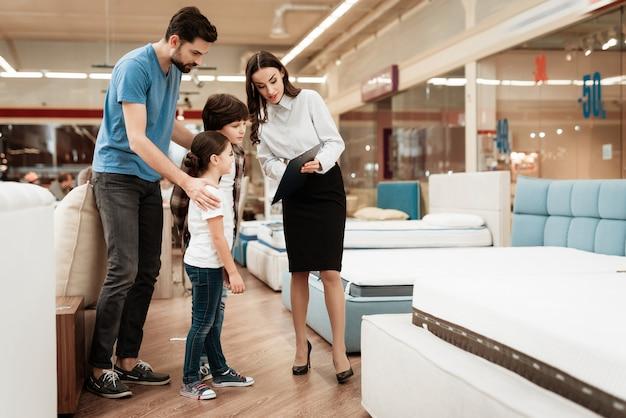 若い父親を助ける魅力的な女性コンサルタント Premium写真