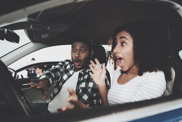 Испуганная девушка кричит вождение автомобиля автомобильной аварии. Premium Фотографии
