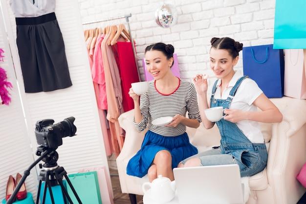 ファッションブロガーの女の子はカメラにお茶を飲みます。 Premium写真