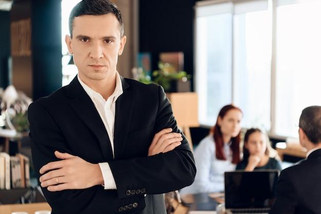 黒いジャケットを着た成人男性が弁護士事務所の前に立つ Premium写真