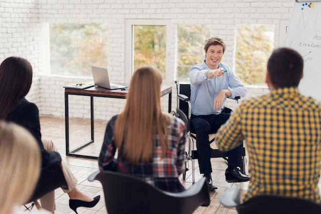 観客の前で車椅子の講師。 Premium写真