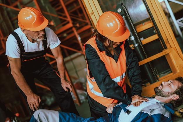職場での事故危険な作業員 Premium写真