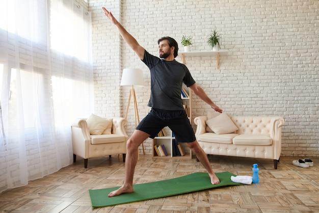 スポーツマンの自宅で高度なヨガの練習 Premium写真