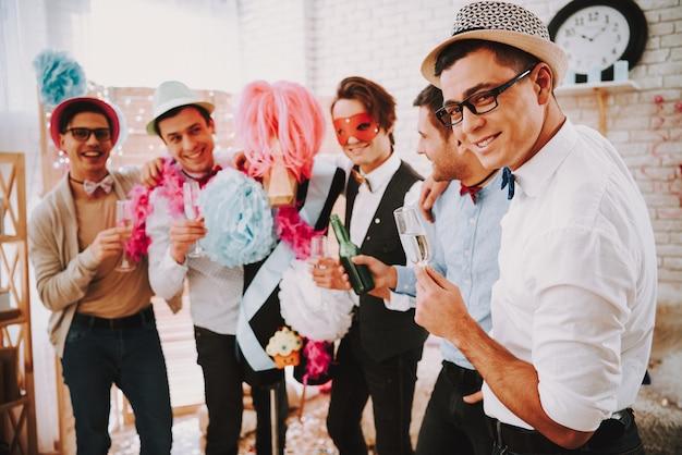 Парень гей в очках и флиртует в шляпе Premium Фотографии