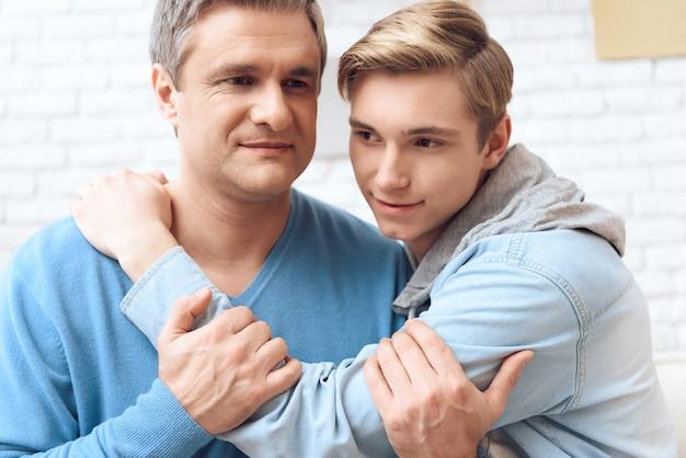 問題を抱えたティーンエイジャーは彼の父親に付き添っていると感じています。 Premium写真