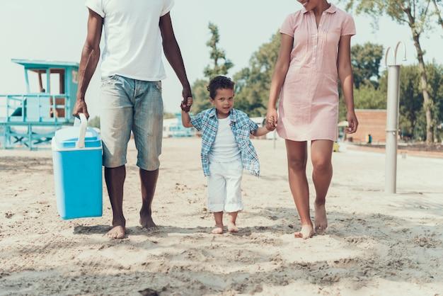 アフリカ系アメリカ人の家族はリバービーチで休んでいます Premium写真