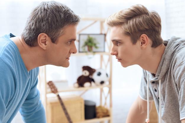 父と息子はお互いを脅迫しようとしています。 Premium写真