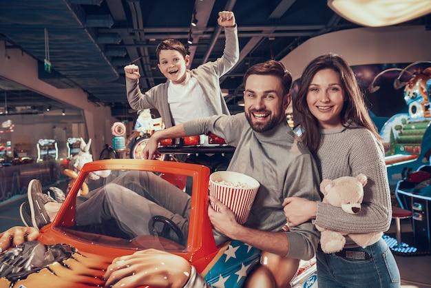 遊園地での幸せな家族面白い時間。 Premium写真
