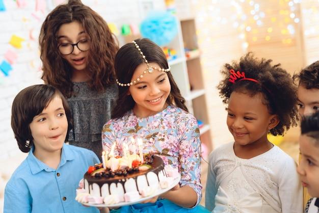 誕生日のお祝いに小さな子供たち。 Premium写真