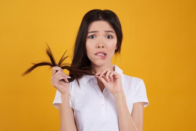 アジアの女の子は髪とポーズします。 Premium写真