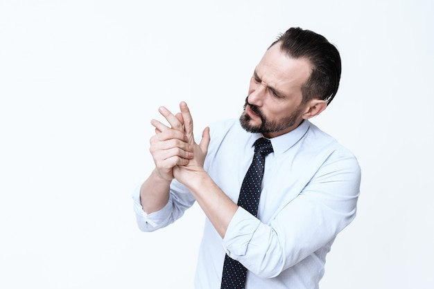 髭の男がブラシを押しながら痛みで叫んでいます。 Premium写真