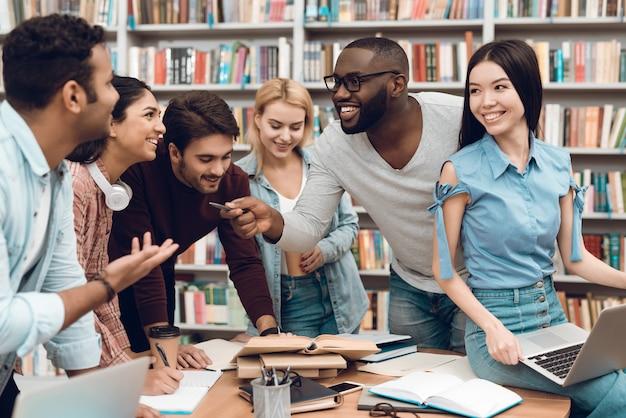Группа этнических многокультурных студентов обсуждают учебу. Premium Фотографии