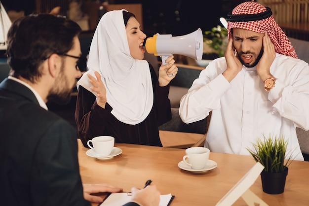 心理療法士の叫びのレセプションでアラブの女性 Premium写真
