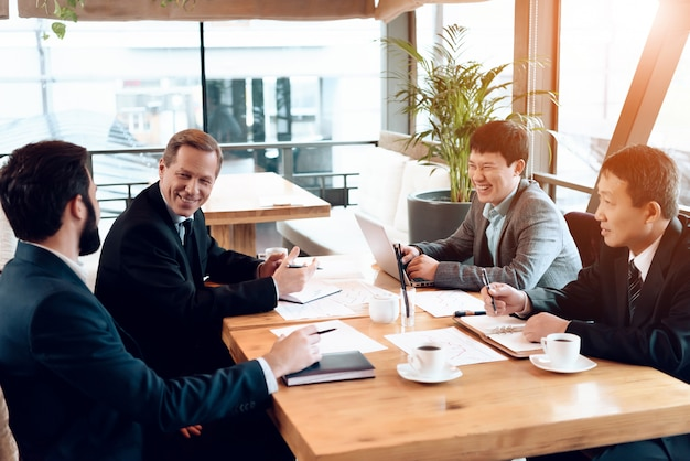 ビジネスの人々はテーブルの後ろに座っています。 Premium写真