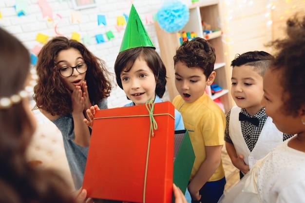 誕生日パーティーのお祝い帽子でうれしそうな男の子。 Premium写真