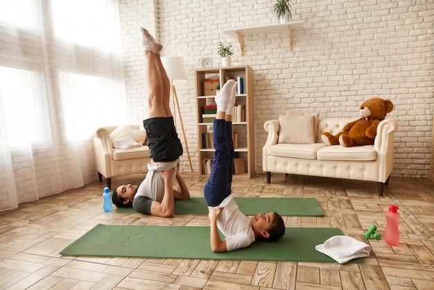 父と娘はローソク足の演習を行います。 Premium写真