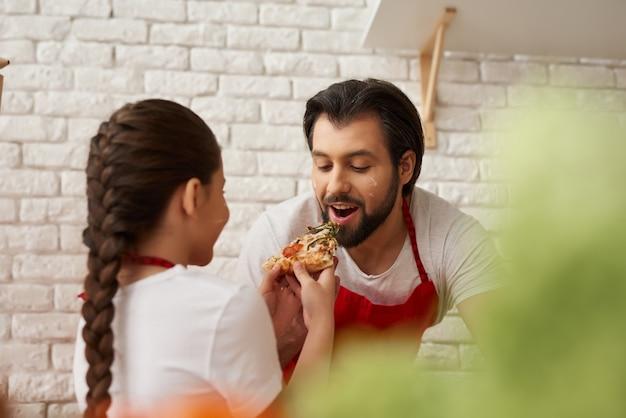 家族のシェフは食の味と一緒に料理をしています。 Premium写真