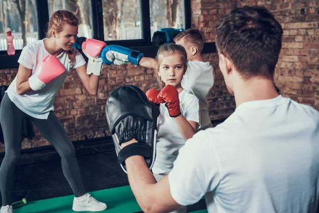 スポーツの人々はフィットネスクラブでボクシングのトレーニングをしています。 Premium写真