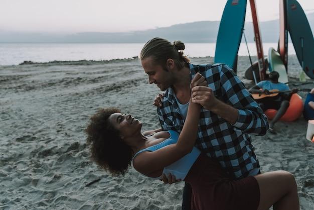 アメリカの人々はビーチで踊っています。 Premium写真