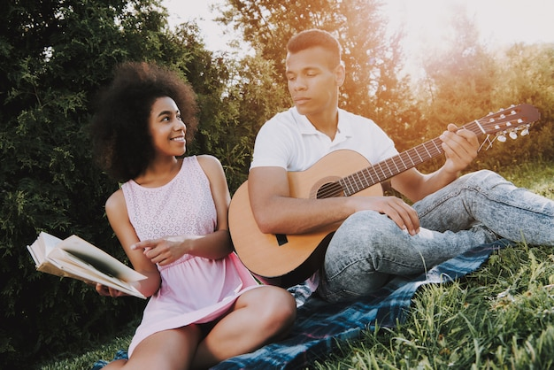 アフリカ系アメリカ人は夏に公園で休んでいます。 Premium写真