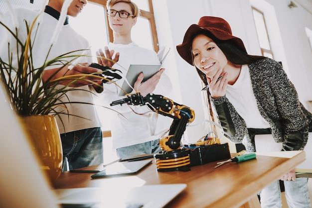 若いスペシャリストは、ロボットを発明しました。 Premium写真