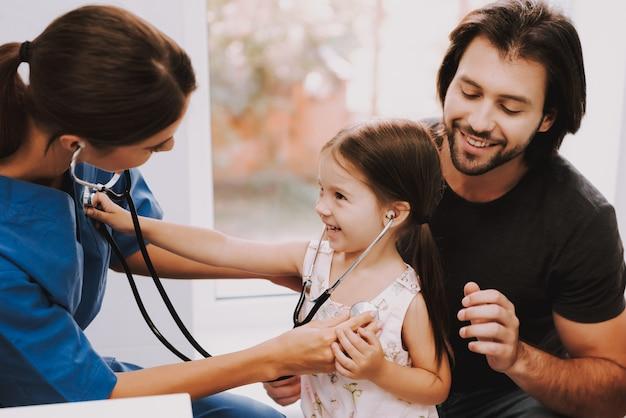 心臓専門医の医師は、子供と聴診を行います。 Premium写真