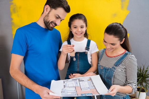 家族が一緒に家の修理をします。 Premium写真