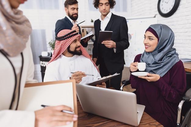 オフィスでのコーヒーブレーク幸せなアラブの人々の話。 Premium写真