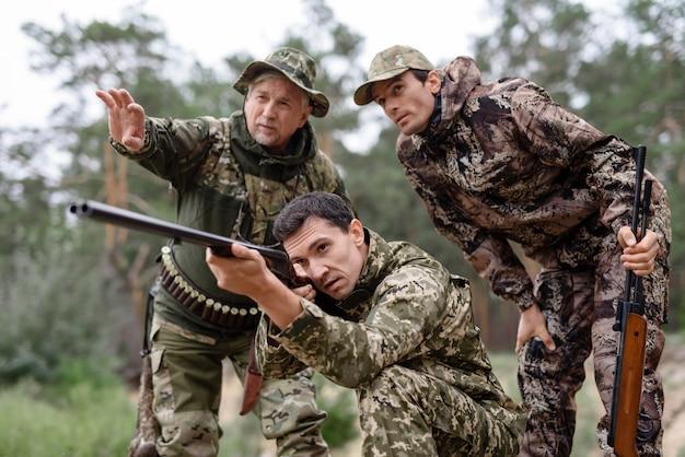 Молодой охотник с двустволкой. Premium Фотографии