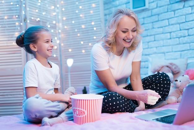 歳の女性と孫娘が映画を見ています Premium写真