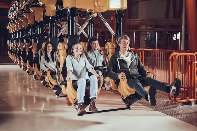 幸せな若者はアトラクションに乗っています。 Premium写真