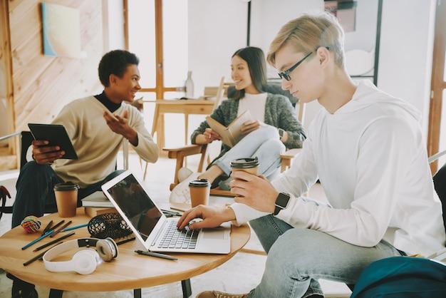 オフィスで忙しい人が一緒に働く。 Premium写真