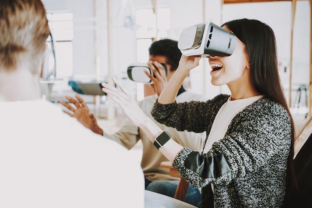 オフィスの若者向けの革新技術。 Premium写真