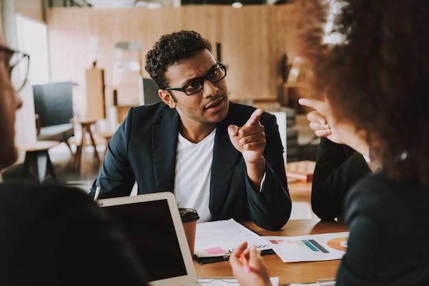 Предприниматель и бизнесмен спорят о чем-то. Premium Фотографии