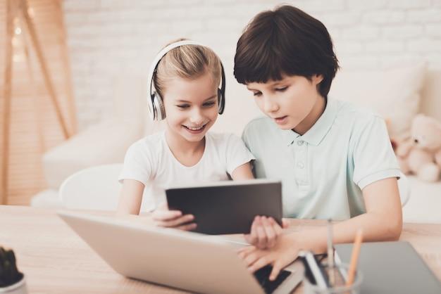 ガジェット中毒少年と少女プレイコンピュータゲーム Premium写真