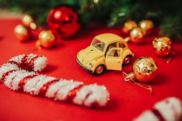 赤い背景の上のクリスマスの飾り Premium写真