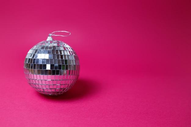 День святого валентина карты на розовом фоне. яркий диско-шар, красочное изображение, тема вечеринки. Premium Фотографии