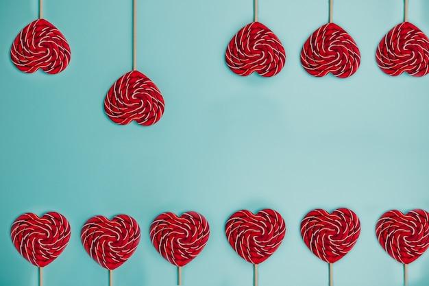 Красный леденец в форме сердца. красочный леденец. Premium Фотографии