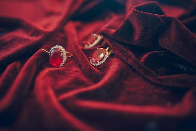 赤いベルベットの背景に宝石の美しい黄金色の宝石 Premium写真