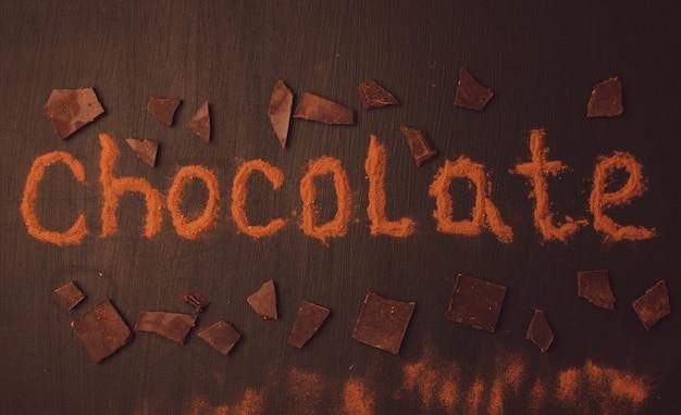 チョコレートを加えたココアパウダーで作られた碑文チョコレート Premium写真